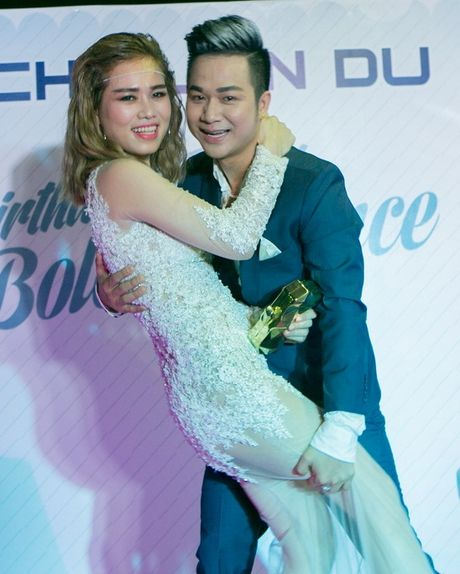 Quach Tuan Du hon ban gai doanh nhan o tiec sinh nhat - Anh 1