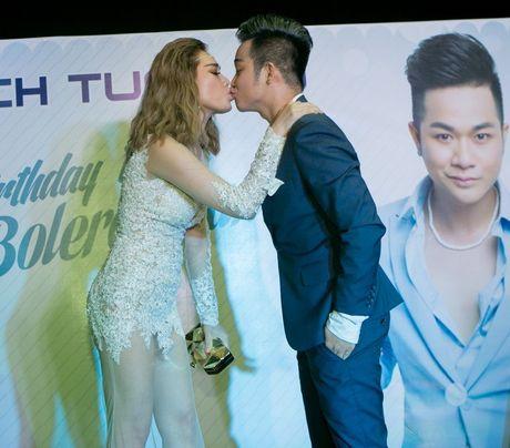 Quach Tuan Du hon ban gai doanh nhan o tiec sinh nhat - Anh 3