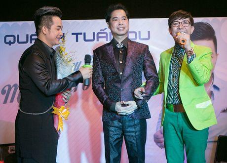 Quach Tuan Du hon ban gai doanh nhan o tiec sinh nhat - Anh 5