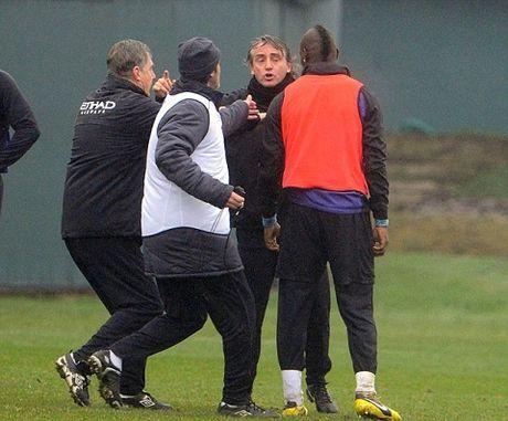 Roberto Mancini bat ngo tiet lo su that ve vu au da voi Mario Balotelli - Anh 4