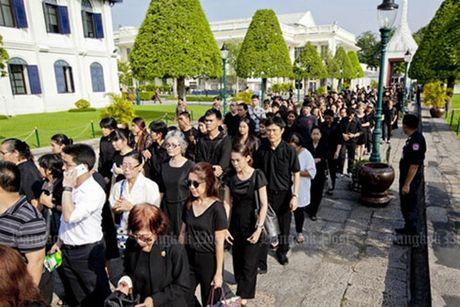 Nguoi dan Thai Lan xep hang dai cho don linh cuu Quoc vuong - Anh 1