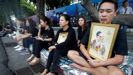 Nguoi dan Thai Lan xep hang dai cho don linh cuu Quoc vuong - Anh 2