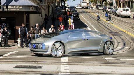 Mercedes-Benz: O to tu lai tha dam mot dua tre con hon gay nguy hiem cho nguoi trong xe - Anh 1