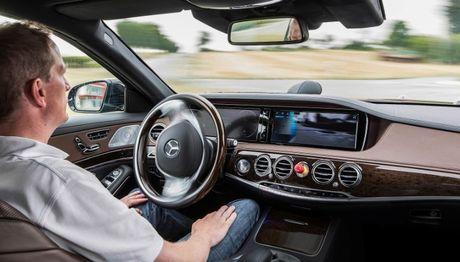 Mercedes-Benz: O to tu lai tha dam mot dua tre con hon gay nguy hiem cho nguoi trong xe - Anh 2