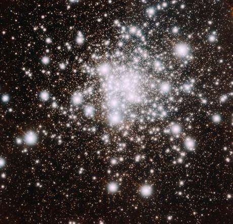 Can canh ve dep cua quan tinh cau co NGC 6624 - Anh 1