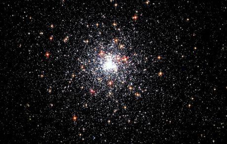 Can canh ve dep cua quan tinh cau co NGC 6624 - Anh 2