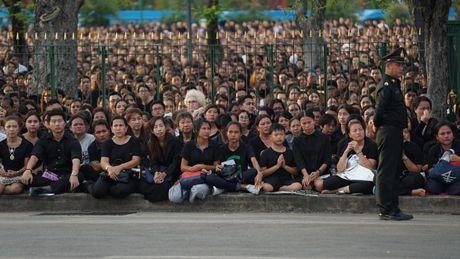 Tuong thuat tu Bangkok: Nguoi Thai tiec thuong nha vua - Anh 6