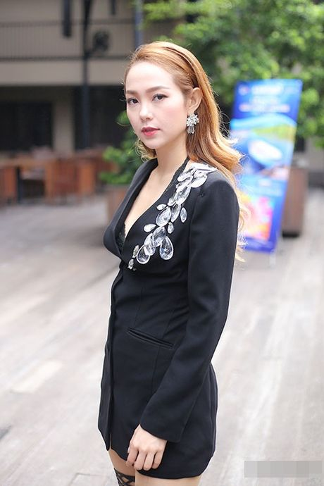 Minh Hang gay bat ngo khi dien do goi cam, ho noi y nhay sung tren san khau - Anh 3