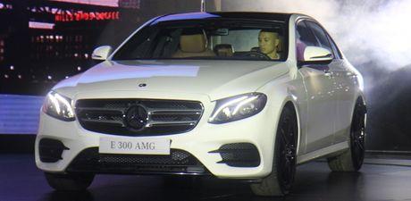 Mercedes E-Class 2107 'chao' Viet Nam voi den pha anh sao - Anh 1