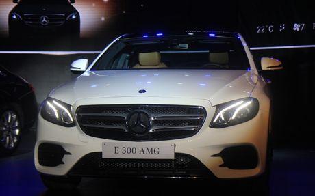 Mercedes E-Class 2107 'chao' Viet Nam voi den pha anh sao - Anh 5