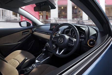 Mazda2 2017 nang cap nhe thiet ke noi, ngoai that - Anh 2