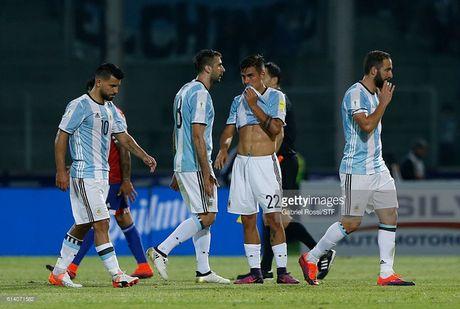 Messi ngan cau thu cuop vo dong doi len tuyen de tra thu cho ban - Anh 1