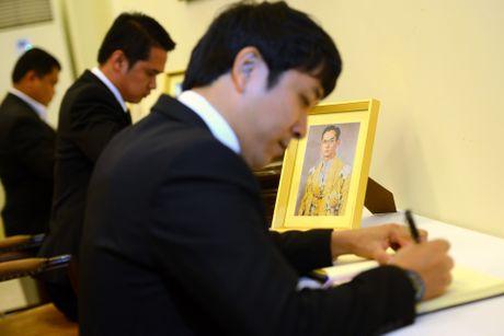 Doan nguoi xep hang vieng nha vua Thai Lan tai Ha Noi - Anh 10