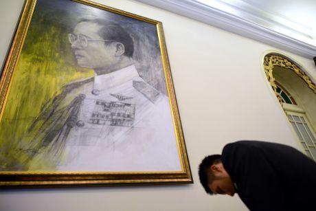 Doan nguoi xep hang vieng nha vua Thai Lan tai Ha Noi - Anh 12