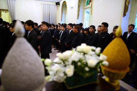 Doan nguoi xep hang vieng nha vua Thai Lan tai Ha Noi - Anh 14