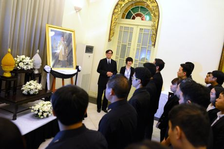 Doan nguoi xep hang vieng nha vua Thai Lan tai Ha Noi - Anh 6