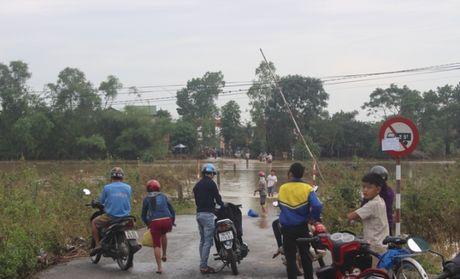 Dan Quang Tri vung vay giua dong nuoc lu - Anh 2