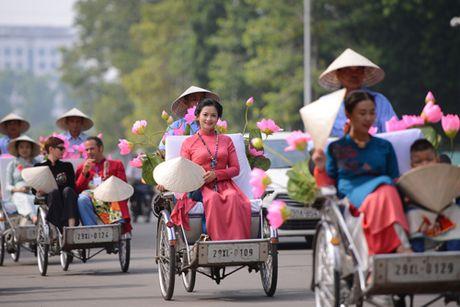 Gan 200 nghe si, thieu nu dieu hanh ao dai tren duong pho Ha Noi - Anh 3