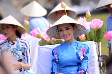 Gan 200 nghe si, thieu nu dieu hanh ao dai tren duong pho Ha Noi - Anh 4
