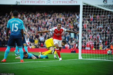 Walcott thang hoa, Arsenal thang kich tinh Swansea va bat kip Man City - Anh 1