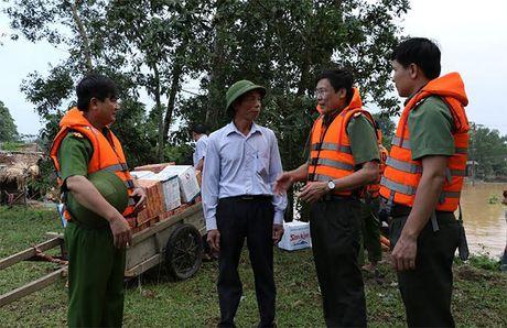 Cong an Ha Tinh: Tang 1.000 suat qua cho nguoi dan vung lu - Anh 3
