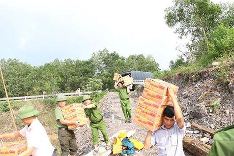Cong an Ha Tinh: Tang 1.000 suat qua cho nguoi dan vung lu - Anh 6