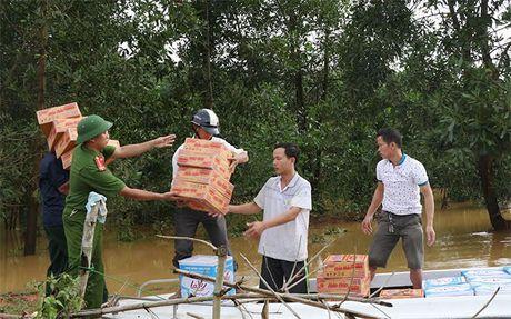 Cong an Ha Tinh: Tang 1.000 suat qua cho nguoi dan vung lu - Anh 7