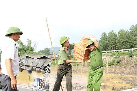 Cong an Ha Tinh: Tang 1.000 suat qua cho nguoi dan vung lu - Anh 8