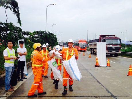 Ra quan thu don 3 tan rac doc cao toc TPHCM-Long Thanh-Dau Giay - Anh 2