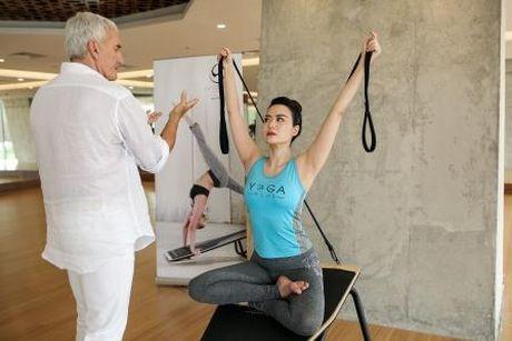 Hoa hau Thu Thuy khoe voc dang dep nho tap yoga - Anh 1