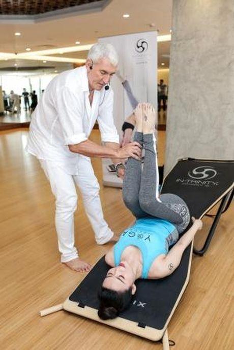 Hoa hau Thu Thuy khoe voc dang dep nho tap yoga - Anh 3