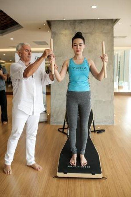 Hoa hau Thu Thuy khoe voc dang dep nho tap yoga - Anh 5