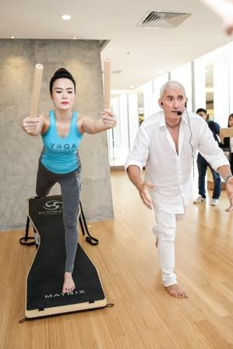 Hoa hau Thu Thuy khoe voc dang dep nho tap yoga - Anh 7