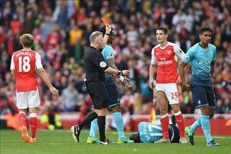 Arsenal 3-2 Swansea: Tot dep pho ra, xau xa chang day duoc - Anh 3