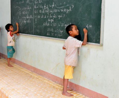 Lop hoc cua tro ngheo duoi ngon nui cao nhat Quang Ngai - Anh 7