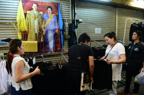 Thai Lan bao dam on dinh gia quan ao den dip quoc tang - Anh 1