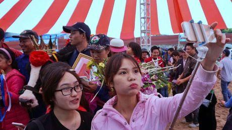 Chen chuc tao dang selfie cung 'hoa hau' nang hang ta - Anh 10