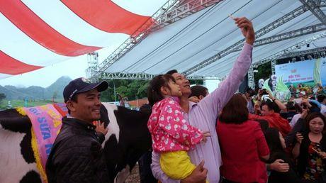 Chen chuc tao dang selfie cung 'hoa hau' nang hang ta - Anh 8