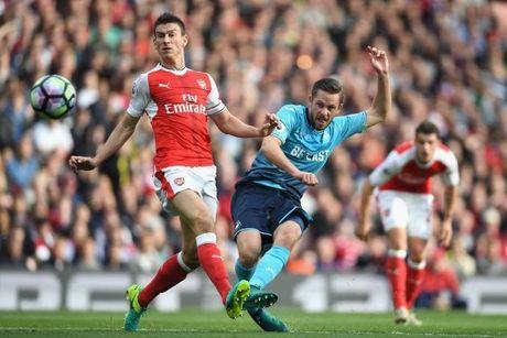 Arsenal thang nhieu hon thua khi thieu nguoi - Anh 1