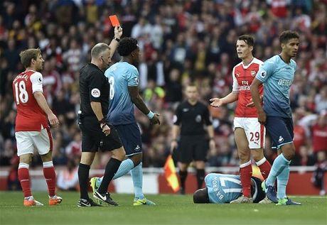 Arsenal thang, Wenger tho phao, tu choi noi ve the do cua Xhaka - Anh 2