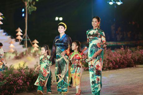 'Ban sao Tang Thanh Ha' rang ro dien ao dai do Hoa hau Ngoc Han thiet ke - Anh 5