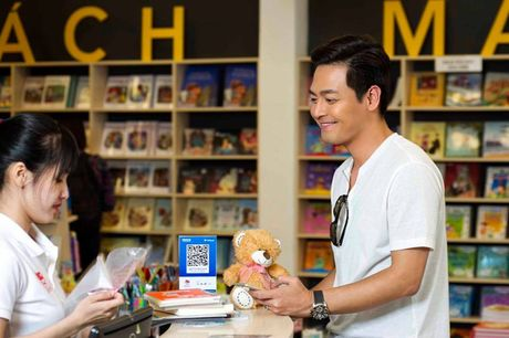 MC Phan Anh ung ho 500 trieu dong cho dong bao mien Trung - Anh 1