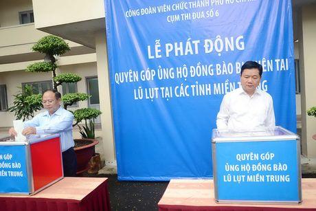 Bi thu Thang dong gop ung ho dong bao vung lu - Anh 1