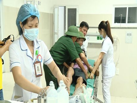 Quang Binh: Tim thay 4 thuyen vien tren tau bi song bien cuon troi - Anh 2