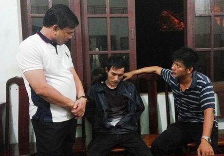 Khong che con tin, ep Cong an dua sung de tu tu - Anh 1