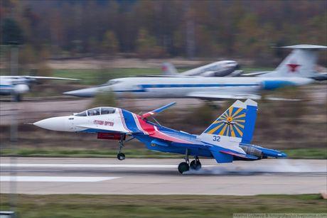Phi doi trinh dien khong quan Nga nhan tiem kich Su-30SM - Anh 2