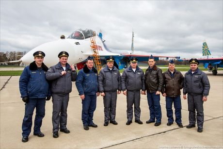 Phi doi trinh dien khong quan Nga nhan tiem kich Su-30SM - Anh 8