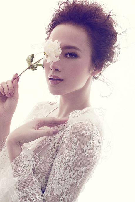 Angela Phuong Trinh khong mac noi y khoe duong cong quyen ru sau lop vay ren mong - Anh 2