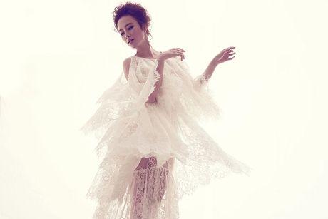 Angela Phuong Trinh khong mac noi y khoe duong cong quyen ru sau lop vay ren mong - Anh 4