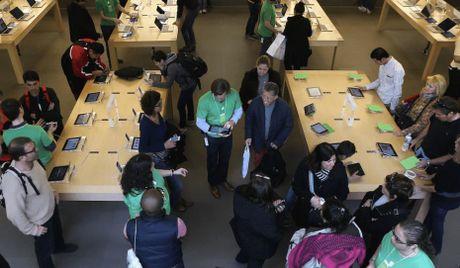 Apple 'coi troi' iPhone tren ke de khach cam thoai mai - Anh 1
